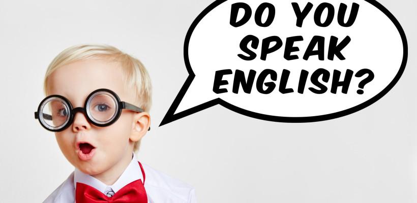 "Kind fragt in Sprechblase ""Do you speak english?"""